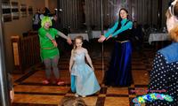 Эльза, Анна, Олаф и Тролиха на дне рождения девочки