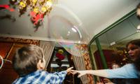 Дети обожают мыльные пузыри